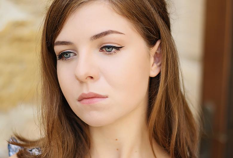 Le trait d'eyeliner, la clé d'un makeup 70s réussi.