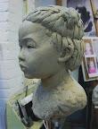 Portret van Li in klei. Ware grootte.