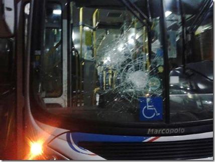 Ônibus depredado 1