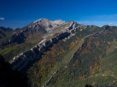 Des del cim contemplem el Puig Terrers, la Muga, la Moixa, la Boixassa