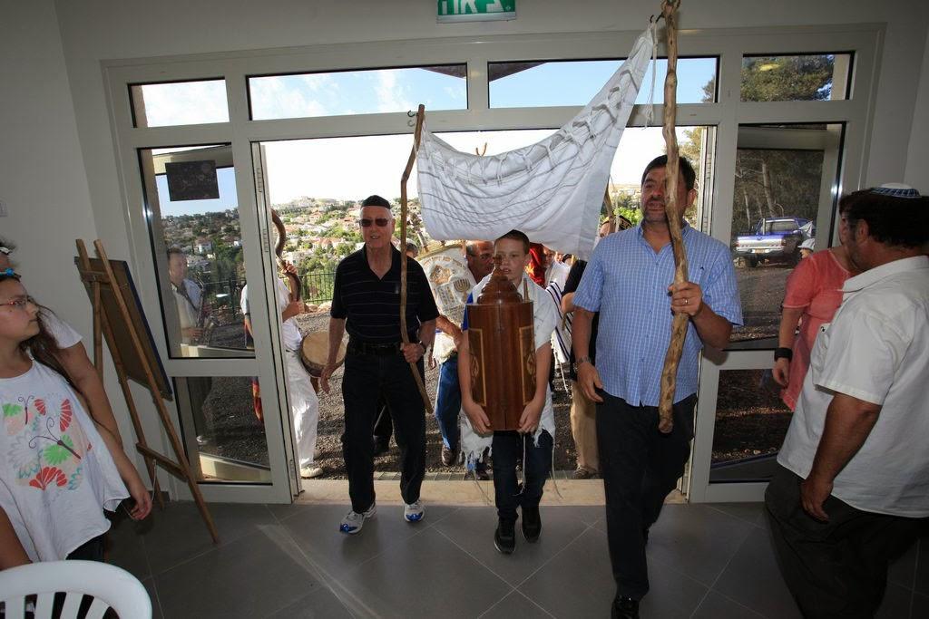 רגע הכניסה לבית הכנסת. The moment of entering the synagogue.