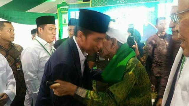 KH. Maimoen Zubair Menyambut Presiden Jokowi di Arena Munas- Konbes NU