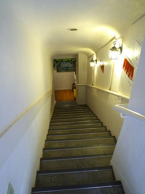 お店のある地下へ下る階段