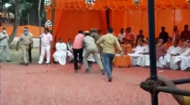 CM योगी की जनसभा में युवक ने काला झंडा दिखाने का किया प्रयास , पुलिस ने किया गिरफ़्तार