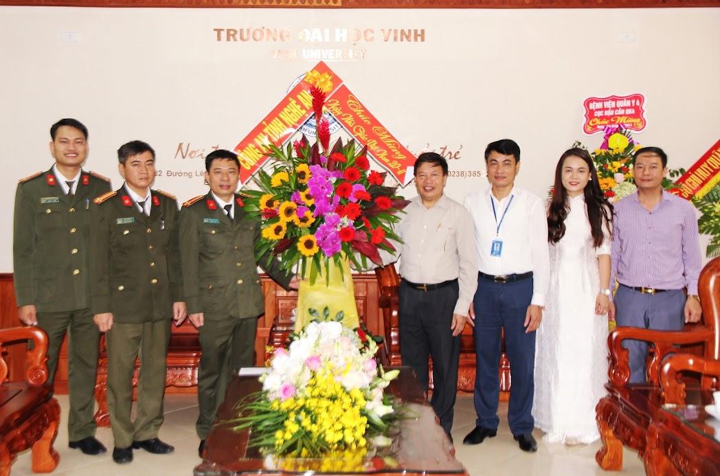 Tặng hoa chúc mừng tại Trường Đại học Vinh