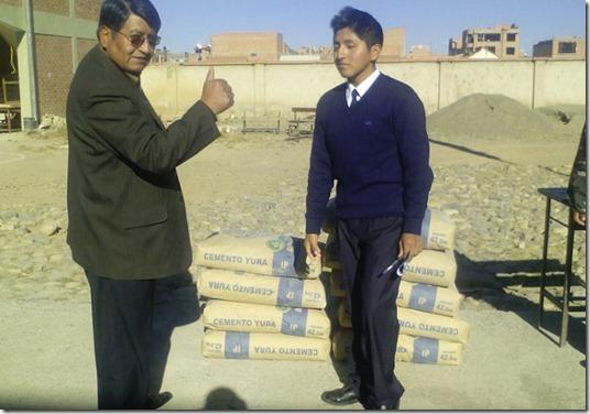 El Alto: Kevin donó parte de su sueldo para mejorar su colegio