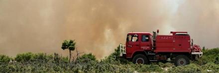 Μεγάλη φωτιά στη Δροσιά Αχαΐας - Εκκενώθηκε προληπτικά το χωριό