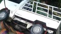 Parkir di Pingir Sungai, Mobil Pickup  Jatuh Terbawa Longsor