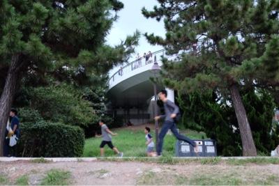 東京の風景 ポケモンGOで走る人々