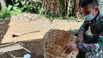 Prada Nanda Supriyadi Belajar  Finishing  Anyaman Bambu