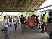 V opuštěné továrně v Subotici uprchlíci odpočívají a chystají se na cestu k maďarské hranici. Dobrovolníci z místních iniciativ jim rozdávají jídlo a vodu. (Foto: Emanuela Macková, ČvT)