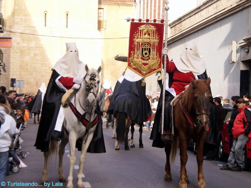 Papones a caballo encabezan la Procesión de las Siete Palabras, León