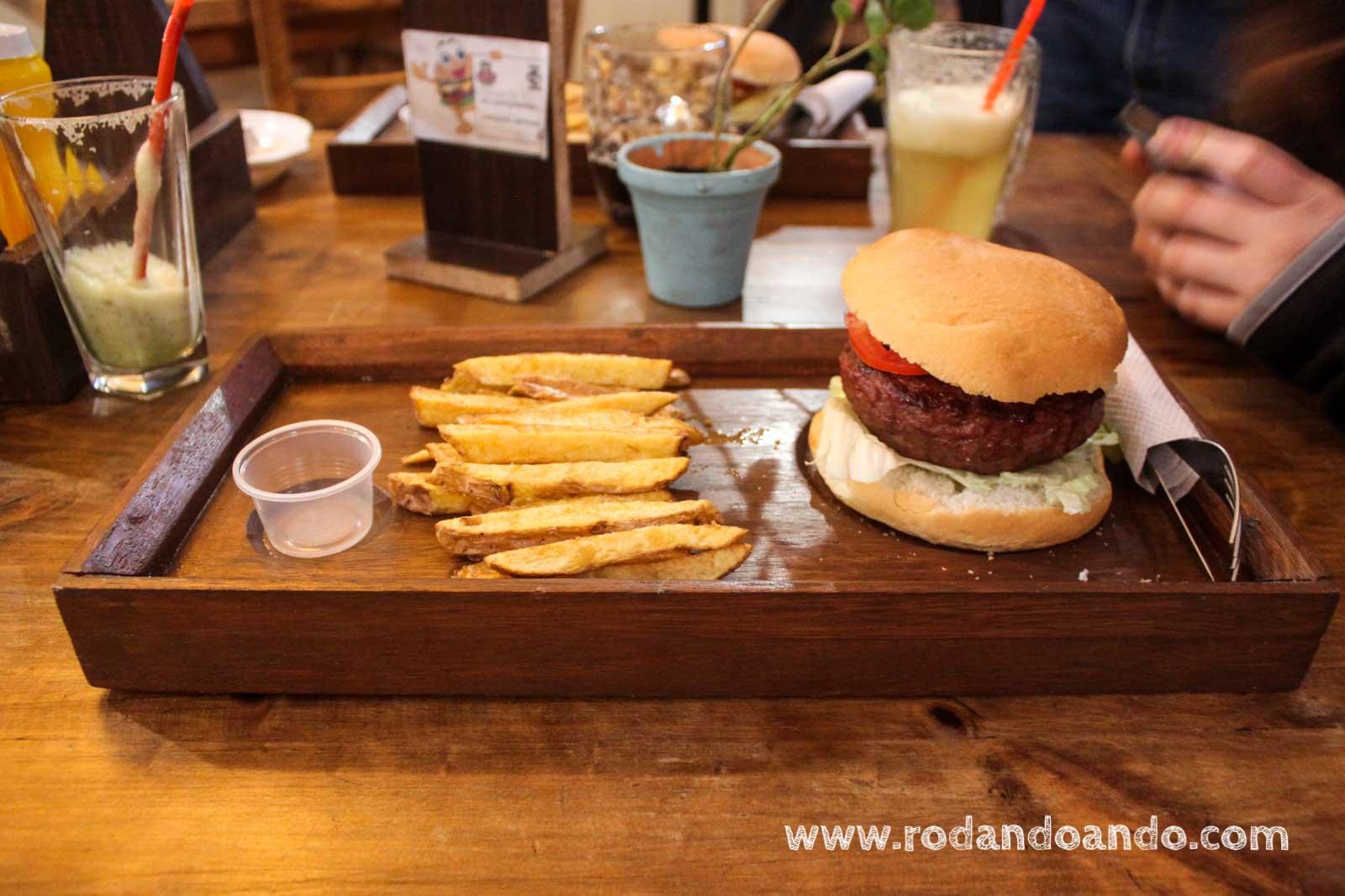 Italian Burger, una gran hamburguesa de 200 gr de Carne rellena con Mozzarella, Jamón ahumado y Albahaca.