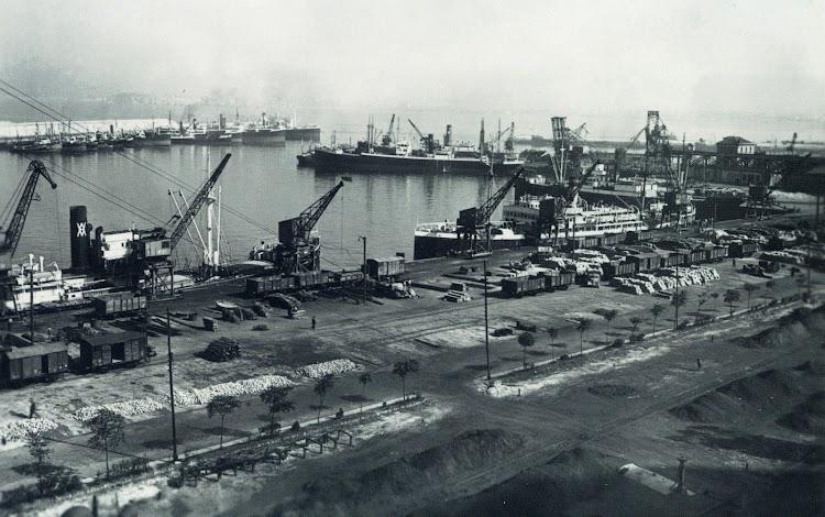Uno de los gemelos atracado en el puerto de Gijon, su linea clasica. Del libro Gijon Trasatlantico.JPG