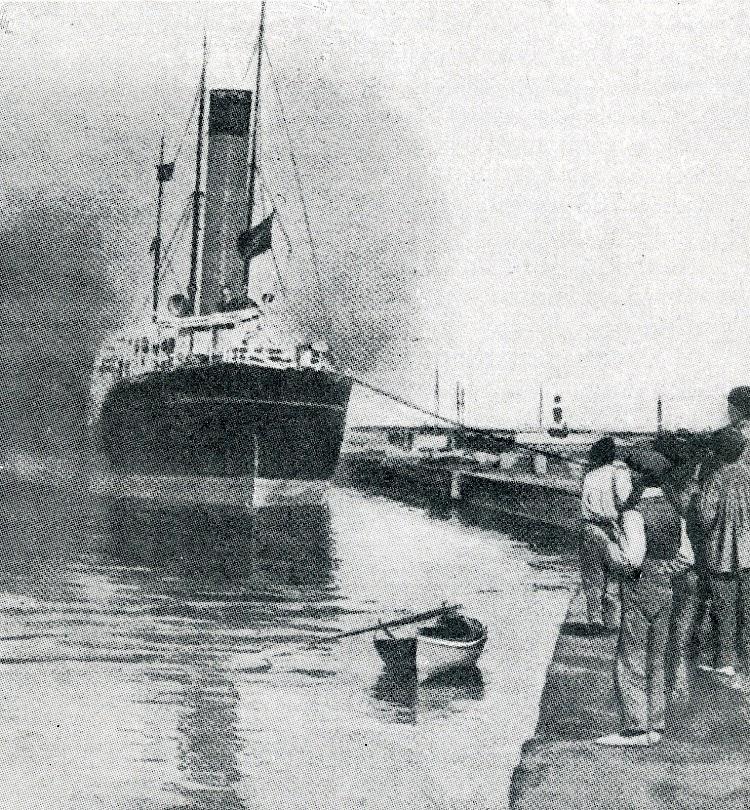 Foto de popa del buque incendiado. Se aprecian los imprudentes espectadores y la imponente chimenea. De la revista LA VIDA MARITIMA. Año 1915.jpg