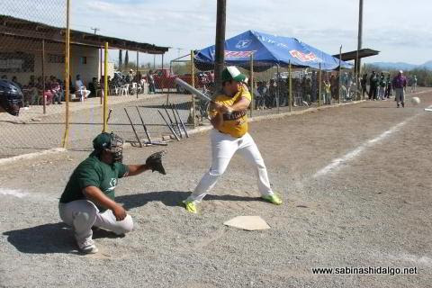 Sergio Facundo de Japoneses en el softbol del Club Sertoma