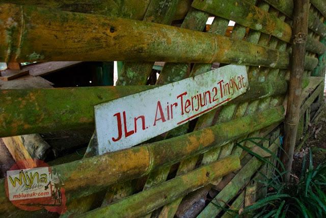 Petunjuk jalan menuju air terjun dua tingkat di kawasan obyek wisata Suban Air Panas di kota Curup kabupaten Rejang Lebong