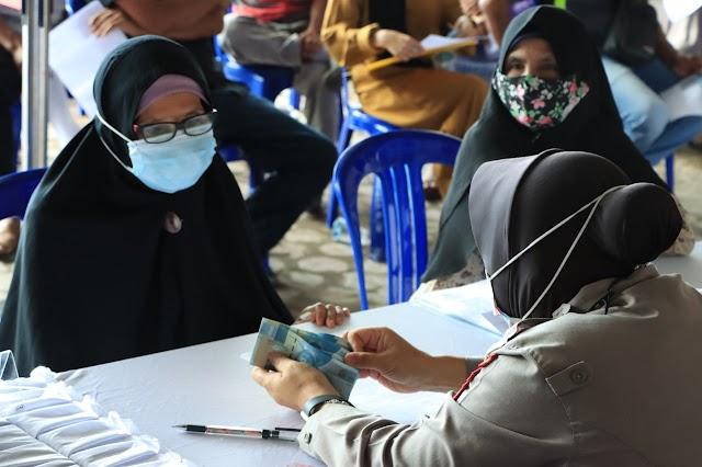 Senyum Bahagia Penerima BTPKLW di Polresta Banjarmasin