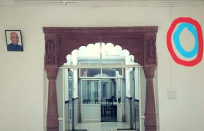 कांग्रेस के सत्ता में आते ही सर्किट हॉउस की दीवार से हटाई पी एम मोदी की तस्बीर,देखिए