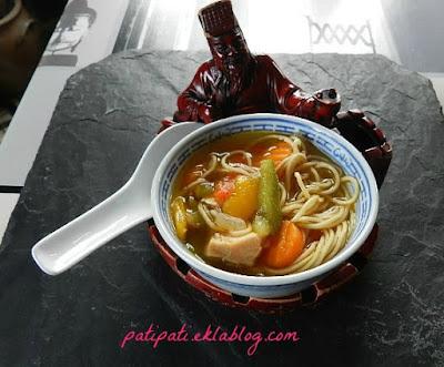 Bouillon de légumes et de nouilles au saumon