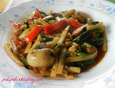 Plat de nouilles aux légumes variés