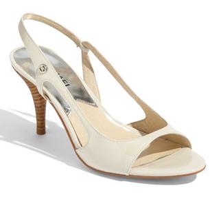 Otra de las obras maestras de Billy Wilder. Marilyn lucía estas sandalias en  una de las imágenes más famosas de la historia del cine. fcd1ba96b15