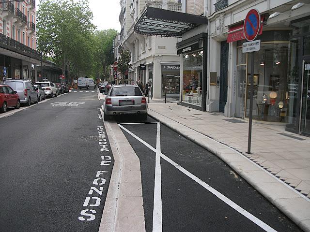 Place réservée aux transports de fonds sur une rue récemment rénovée… par contre on tolère l'arrêt désormais ?