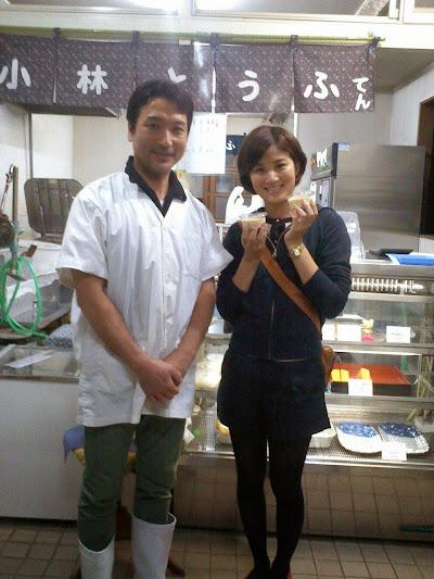第一テレビアナウンサーの杉岡沙絵子さんと小林店主