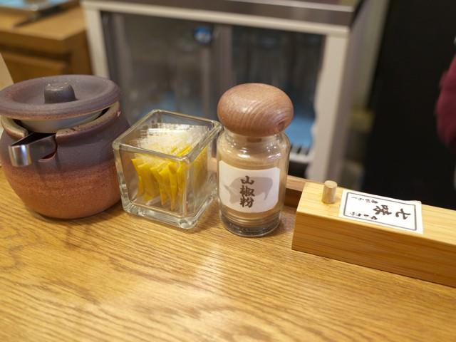 卓上に置かれた調味料類