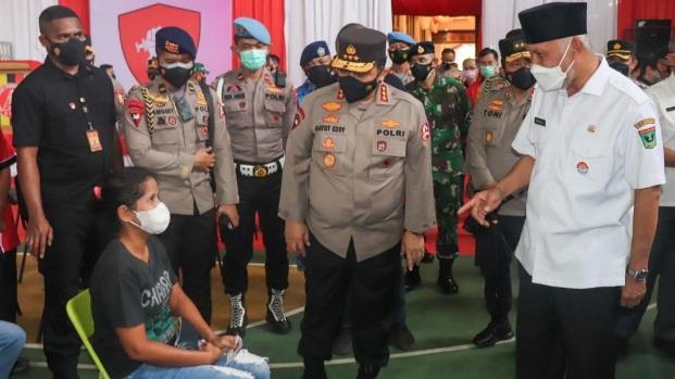 Gubernur Sumbar Dampingi Wakapolri Tinjau Vaksinasi Massal di Kampung Pondok