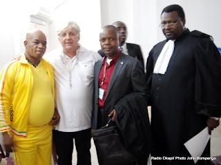 De gauche à droite : Gabriel Mokia et Chalupa accompagné de ses avocats le 30/07/2012 à la prison centrale de Makala à Kinshasa, lors d'une audience publique. Radio Okapi/ Ph. John Bompengo