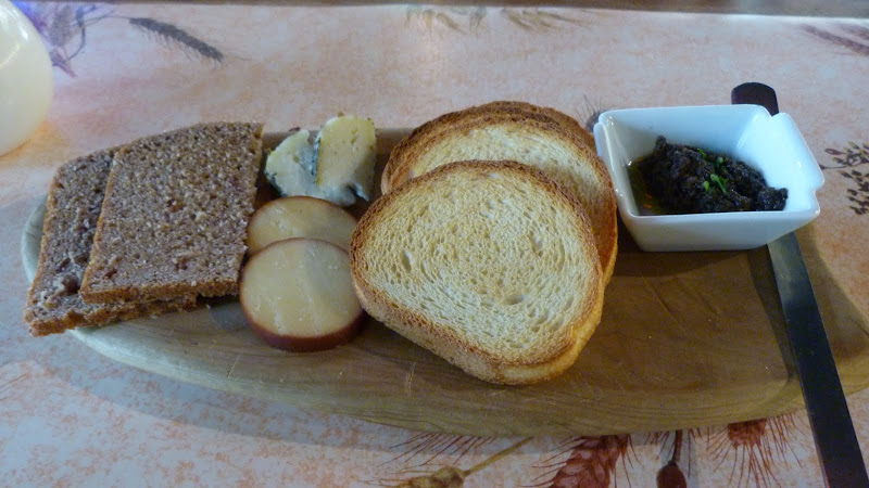 entrée, fromage et tapenade