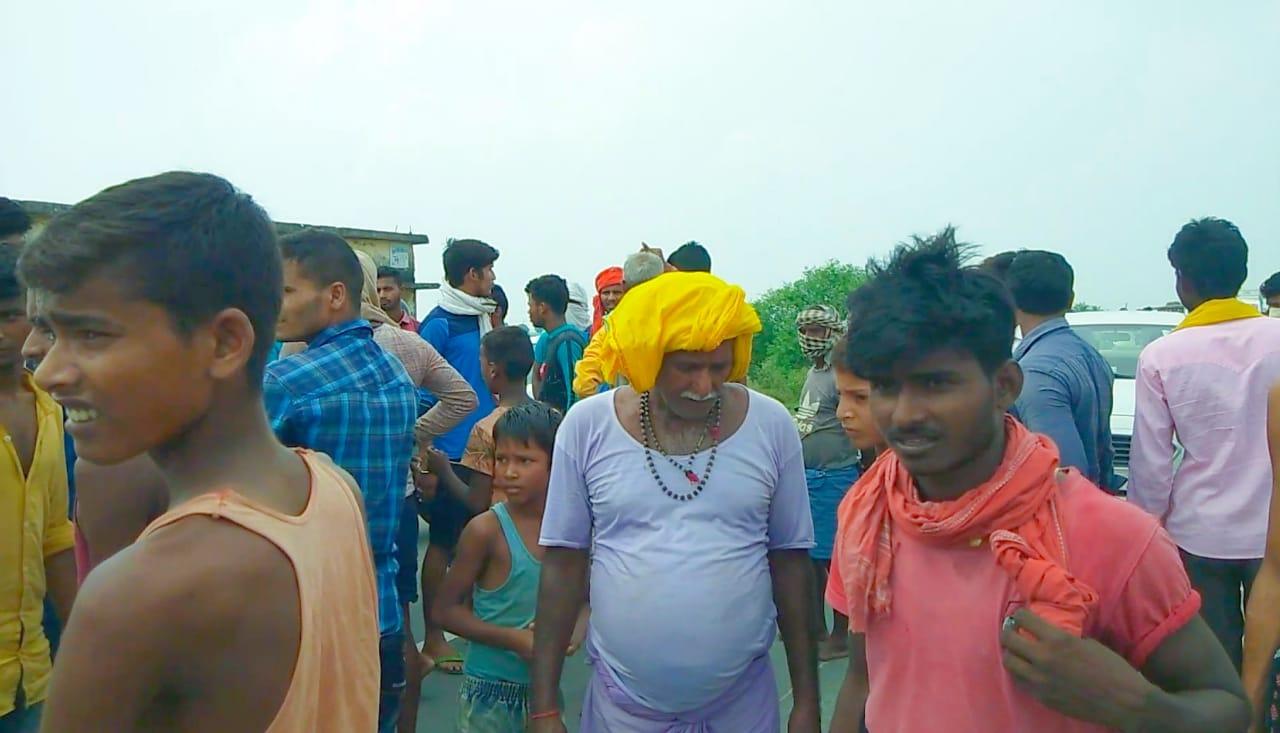 जगदीशपुर में दो जगहों पर सड़क जाम, मुखिया पर लगाया भेदभाव का आरोप,डीलर के मनमानी से लोंग आक्रोशित