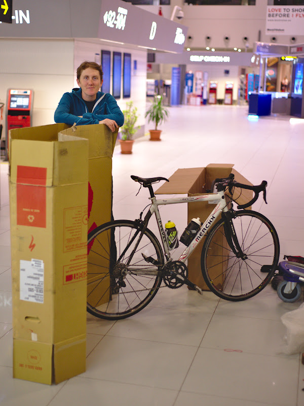 Primul pas, dezasamblarea bicicletelor si impachetarea in cutii, intr-un Otopeni pustiu.