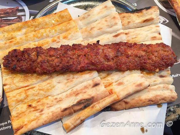 Adana'daki Kaburgacı Yaşar Usta'nın Kıyma Kebabı