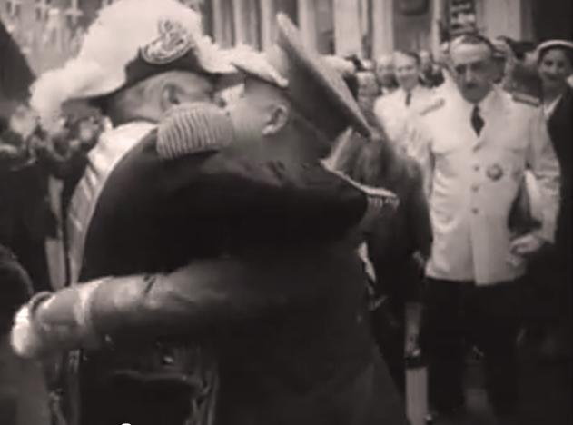 El efusivo abrazo en que se funden los dos sátrapas, Trujillo y Franco, nos ofrece una imagen histórica de su mutuo aprecio.