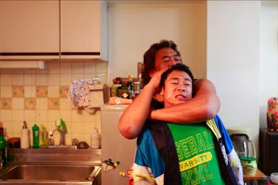イメージ画像:長州力さんが伊藤淳史さんにヘッドロック