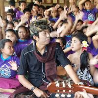 Lirik Lagu Bali A.A. Raka Sidan Feat. Ayu Saraswati - Lincah di Ranjang