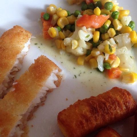 Fisch mit Kroketten und Mischgemüse