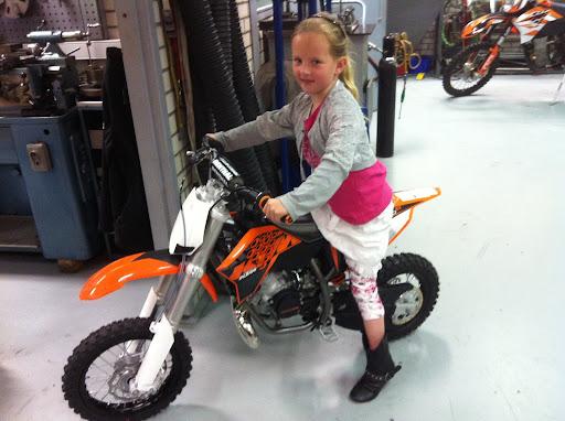 Hier had Demi besloten dat ze toch ook wel graag zelf wilde gaan rijden, dus samen met papa een motor kopen.