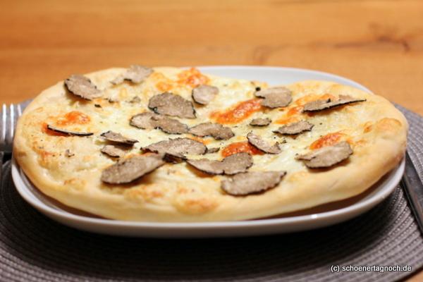 Pizza mit Trüffel, Taleggio und Mozzarella - Schöner Tag noch!