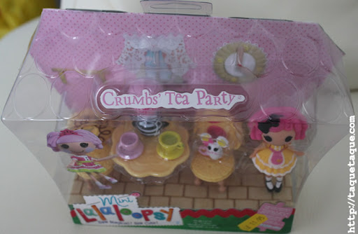 parte superior de la vista frontal de la caja del pack mini Crumbs' tea party playset, en la que se ve la forma de las tejas
