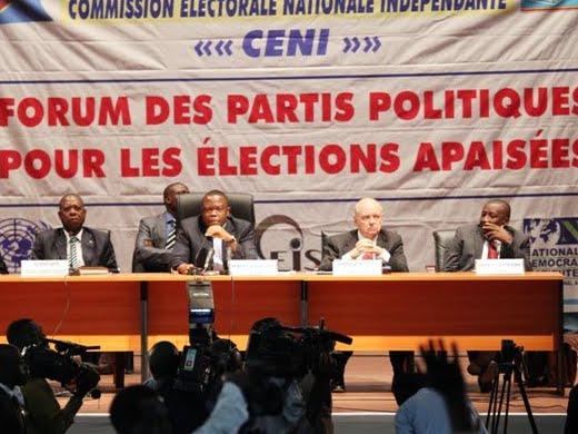De gauche à droite, le vice-premier ministre et ministre congolais de l'Intérieur Adolphe Lumanu, le Président de la Ceni Daniel Ngoy Mulunda, le représentant spécial du secrétaire général de l'ONU en RDC Roger Meece et le vice-président de la Ceni Jacques Djoli,  lors du forum pour l'adoption du code de bonne conduite électorale au Palais du Peuple, à Kinshasa (25/07/2011). Ph. Myriam Asmani/Monusco