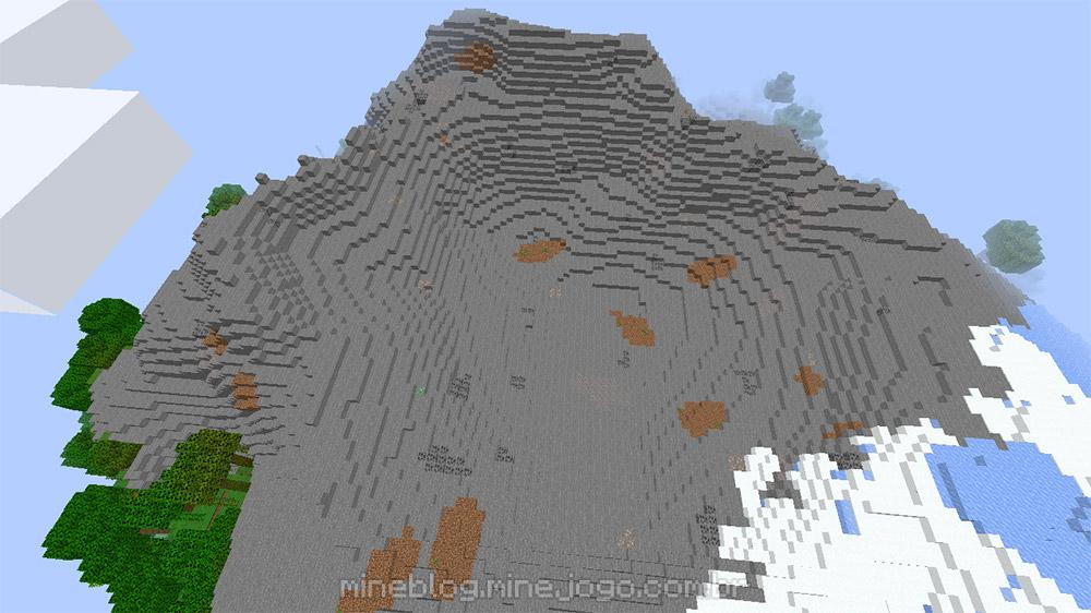 Uma montanha de pedra mais funda com poucas áreas de terra