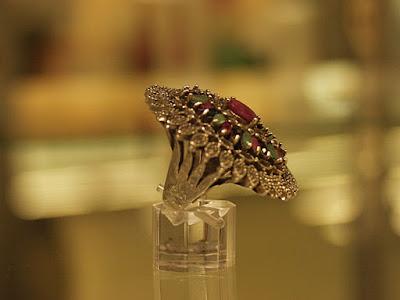 Trijų vilties akmenų žiedas:  rubinas - viltis ir aistra,  safyras - viltis ir išmintis, smaragdas - viltis ir ištikimybė Sidabras 925, sv. 28,7 g,  matmuo 18,5