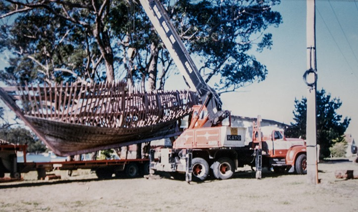 unloading-45-foot-boat-frame-from-batemans-bay-museum