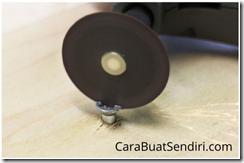 Melepas baut dengan membuat celah menggunakan rotary tool