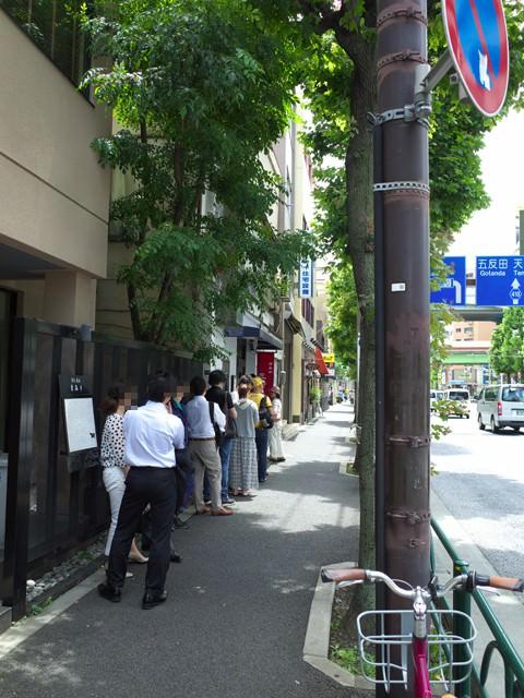 三河屋の店頭の行列。お昼前11:30でこの大行列