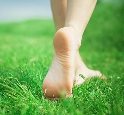 Andar descalço na grama