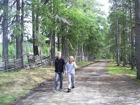 Viktor och Ida på Camping tur med modern, bland kor!